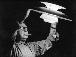Poul Henningsen con el modelo de lámpara PH 5