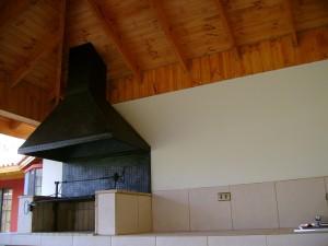 asador parrilla 300x225 Quinchos: espacios para recreación