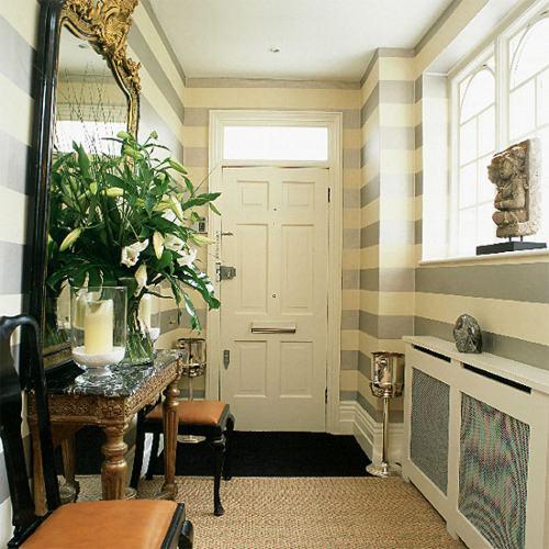 empapelado de rayas, un recurso óptico en pasillos