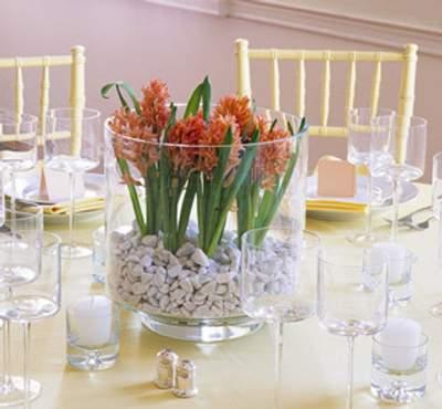 Usar tiestos de cristal o peceras para los arreglos de flores nos