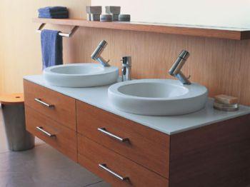 Mobiliario claro para mini baños