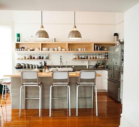 Decoraci n de cocinas con baldas y estantes for Estantes cocinas pequenas