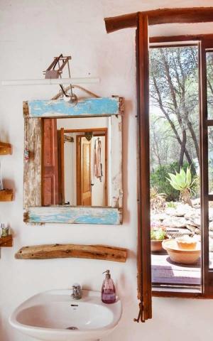 Un Espejo Reciclado para Decorar el Baño