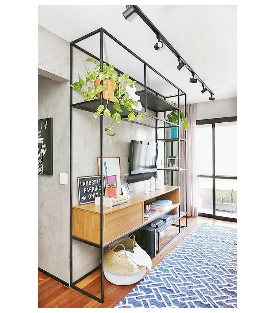 estanterías con plantas y cestos