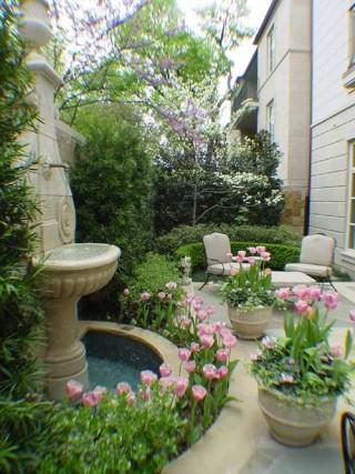 Jardines y terrazas se renuevan con color for Estructuras de jardin