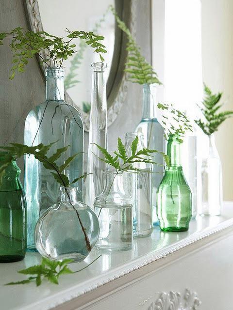 follaje en botellas y jarrones