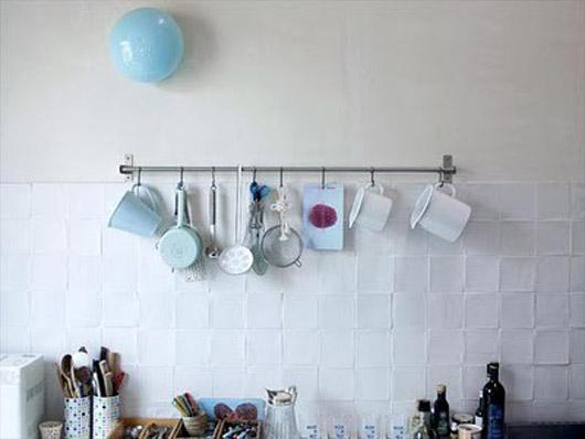 Decoraci n cocinas peque as utensilios colgados en la pared - Utensilios para pintar paredes ...