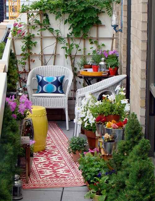 decoración con cojines en exteriores