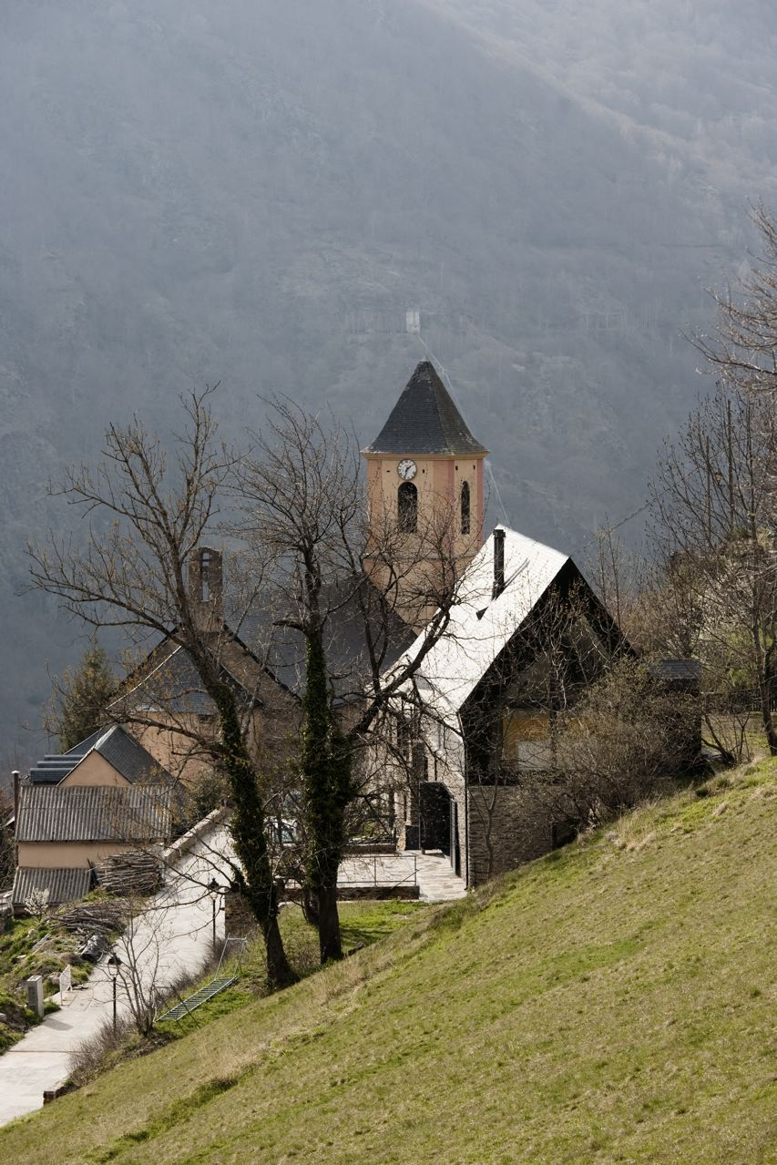 Vista lejana con la iglesia del pueblo de fondo