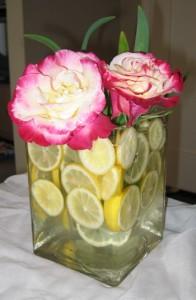 limon rosas 196x300 Decoración de Centros de Mesa y Arreglos Florales con frutas