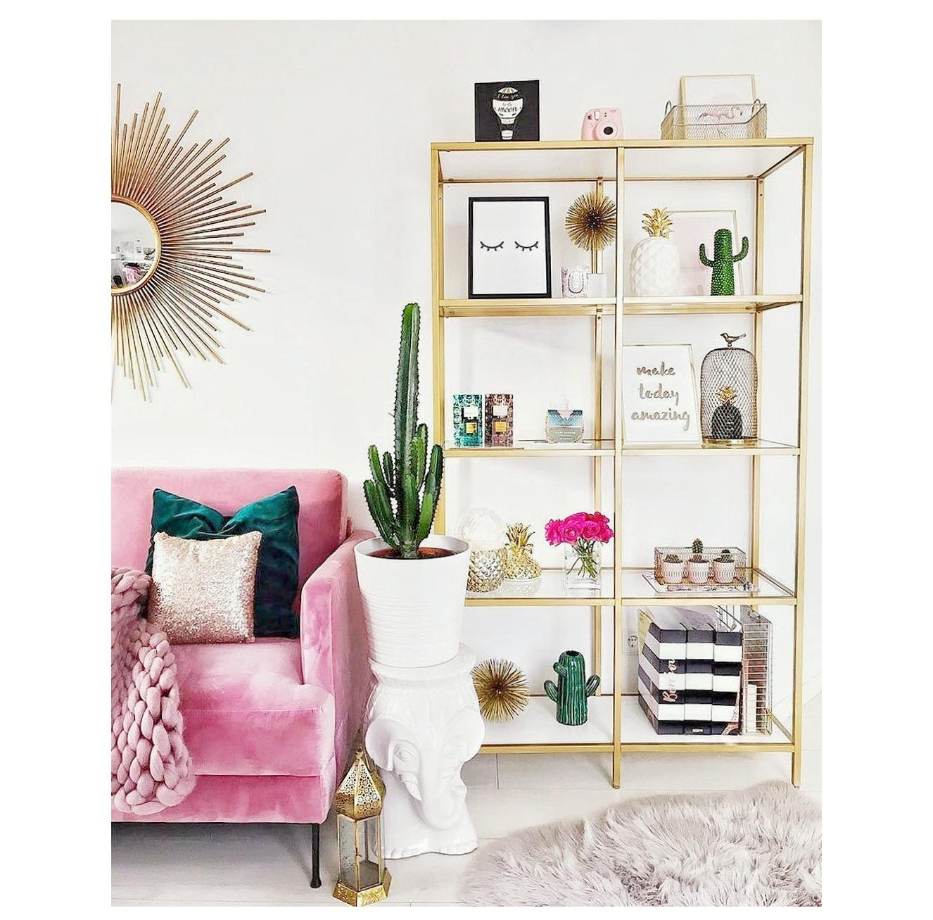 mueble con estructura dorada