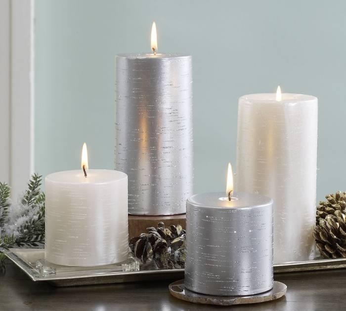 velas plateadas y blancas