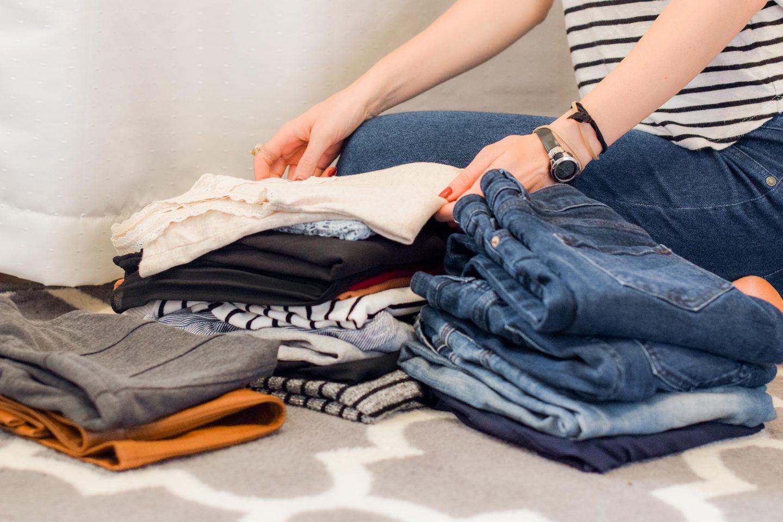 mujer organizando ropa