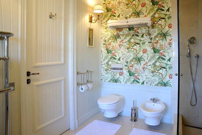 papel decorativo en las paredes del baño