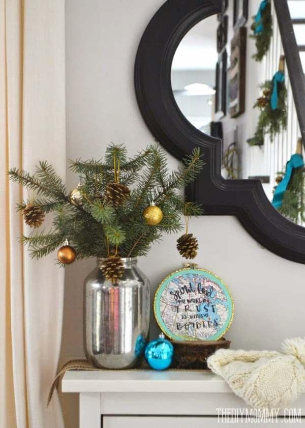 ramas de pino decoradas