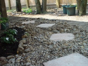 sendero piedras 300x225 Senderos y caminos de piedras en el jardín