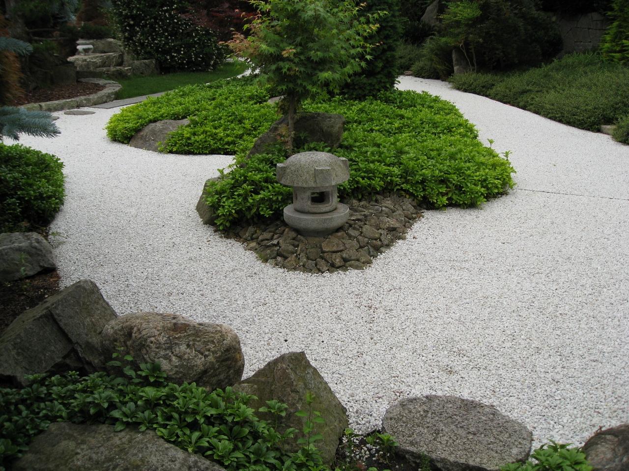 senderos grava 300x225 Senderos y caminos de piedras en el jardín