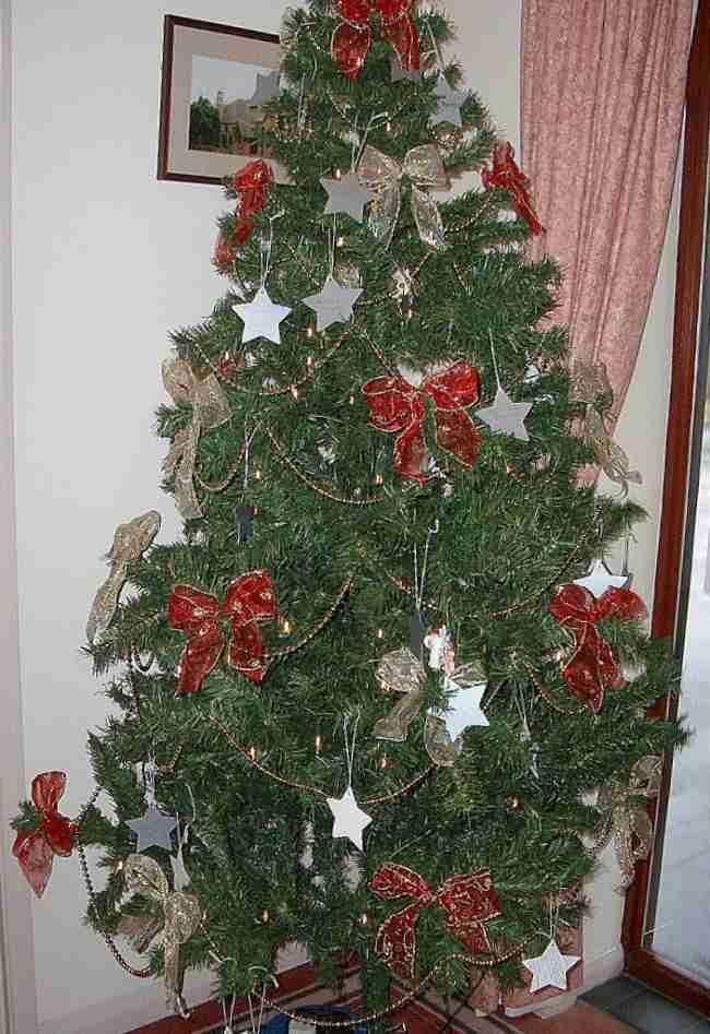 Decoracion arbol de navidad con cintas for Decorar con lazos