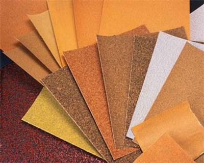Uso del papel abrasivo o lija para restaurar muebles de madera for Papel pintado para muebles de madera