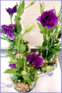 violetas piedras2 201x300 Centros de Mesa y Arreglos Florales en Jarrones de Cristal